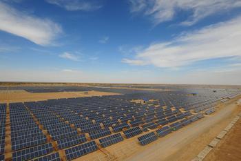 青海省海西州柴达木盆地创造了世界上目前最大的光伏电站并网系